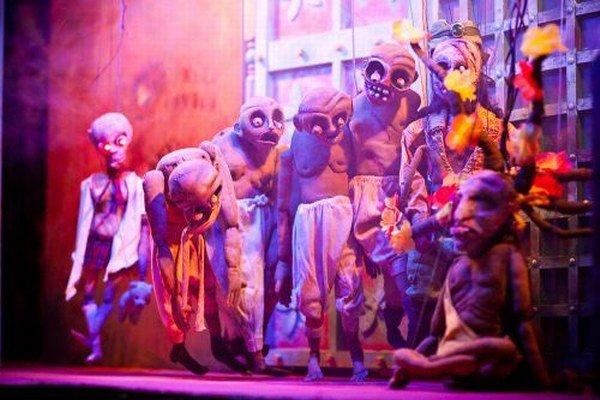 Z hororového bábkového predstavenia.