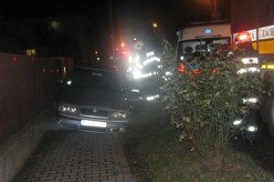 Vodič nechal po nehode auto na chodníku.