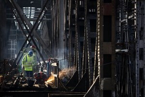 Robotníci na moste pracujú už od decembra.