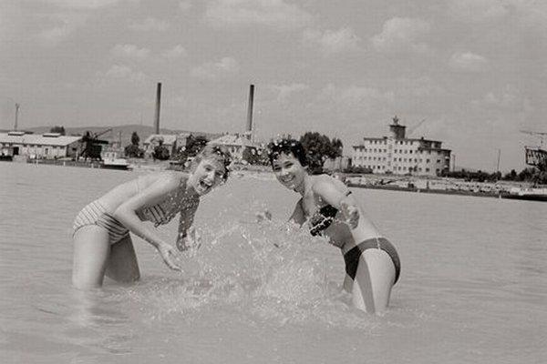 Výstava dokumentuje 50. roky na Slovensku.