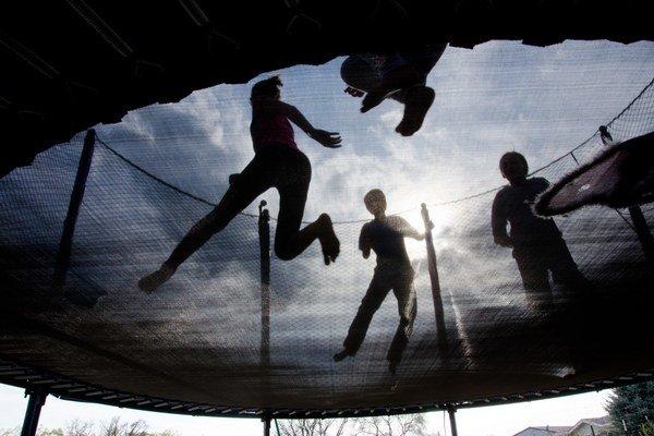 Výrobcovia odporúčajú, aby na trampolíne skákal iba jeden človek, nie viacerí naraz.