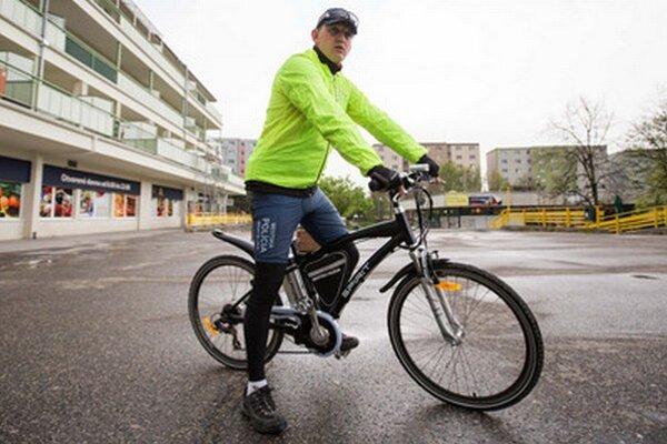 Mestský policajt na elektrobicykli.