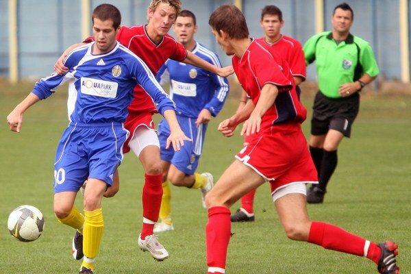 Hráči FC Ružinov (v modrých dresoch) a ŠKP Dúbravka na jar ešte nezabodovali.