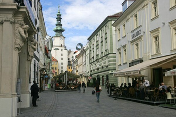 Vyberanie dlažobných kociek z Michalskej ulice a ich vkladanie naspäť má trvať 60 dní.
