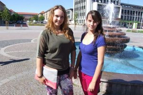 Mladé vedkyne. Mária Beňová a Katarína Orsághová chcú vynájsť preparát na zabíjanie roztočov.