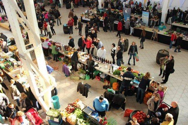 Potravinový trh v tržnici.