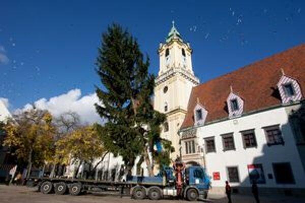 Stromček postavili na Hlavnom námestí už 9. novembra. V týchto dňoch dovážajú stánky.