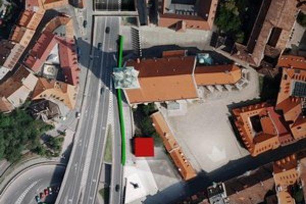 Sklenený zvukolam (zelená čiara) má stlmiť hluk áut na Staromestskej ulici.