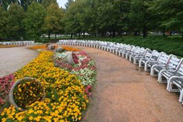 V záhrade sa v piatok stretne stovka zamestnancov súkromnej spoločnosti a 70 dobrovoľníkov spomedzi verejnosti.