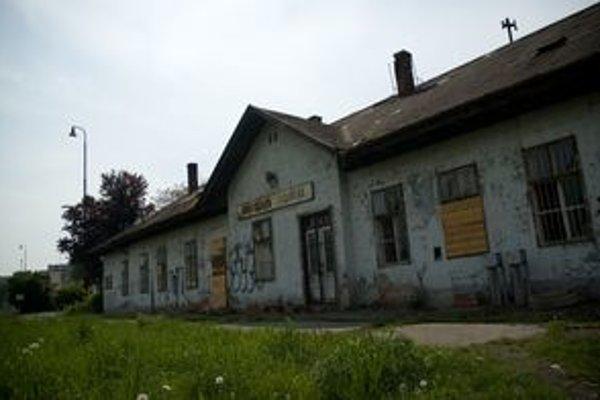 Z Filiálky moderná stanica, kde by končili vlaky z Pezinka, Trnava, Galanty a Senca, nebude. Budovu však stihli zbúrať.