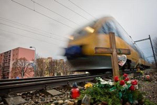 Vlaková trať pretína sídlisko.