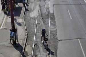 Hrozivé miesto pre cyklistov koľajnice na Nivách.