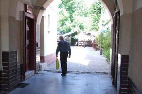 Vchod do reštaurácie (vľavo), v ktorej firmy robievajú predvádzacie akcie.