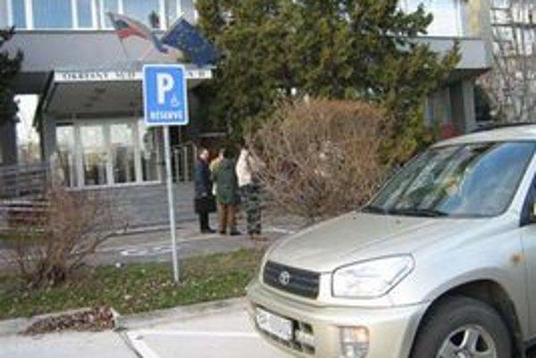 Incident sa stal pred budovou súdu v Ružinove.