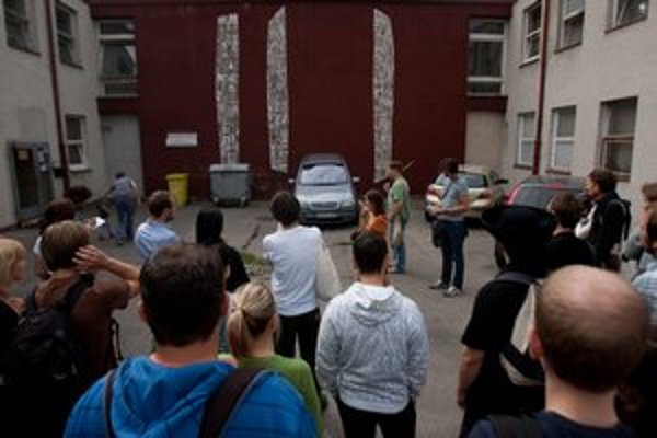 Reliéf na budove ružinovskej škôlky obdivovali tento rok aj na vychádzke po kultových miestach v Bratislave.