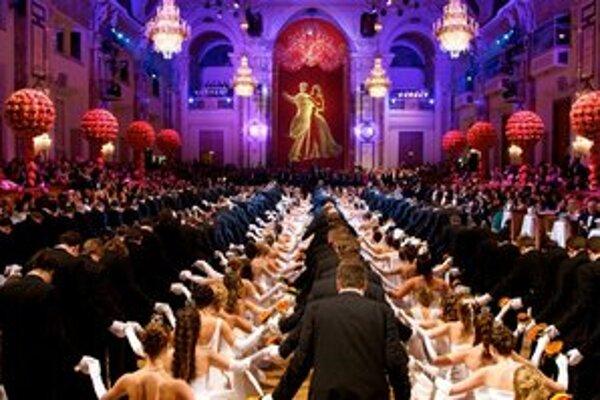 Viedenské bály dodržiavajú tradície - jednou z nich je tanec debutantiek a debutantov.