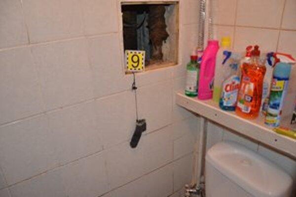 Policajti našli injekčné striekačky, digitálne váhy, skladačky a vrecká s heroínom a pevitínom.