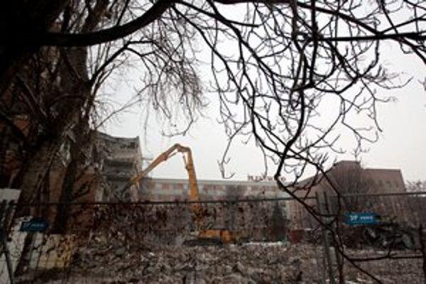 Veľká administratívna budova padá k zemi.