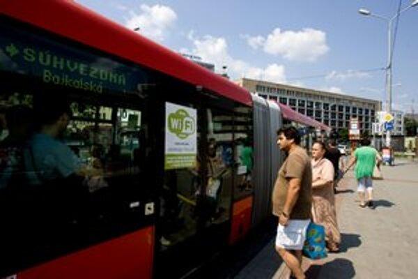 Na wi–fi v autobuse MHD upozorňuje aj nálepka na dverách alebo v autobuse.