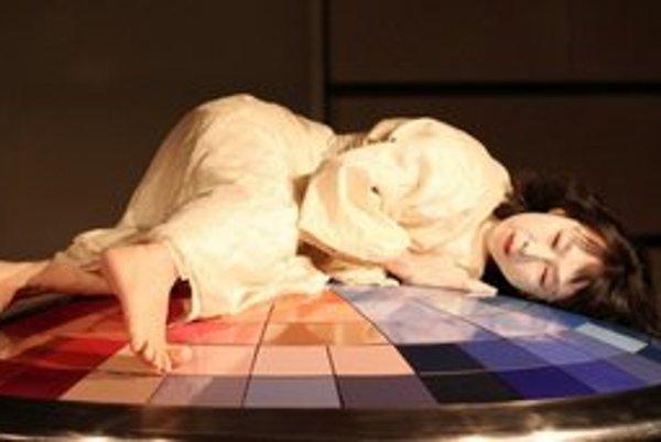 Japonská tanečníčka Sumako predvedie tanec butó.