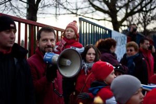 V klube trénuje takmer 350 detí. Takto protestovali minulý týždeň pre ihrisko, ktoré museli opustiť.