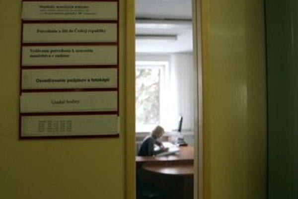 Okrem vlastnej agendy miestny úrad zahlcujú aj otázky ktorými si napríklad študenti zľahčujú prácu.