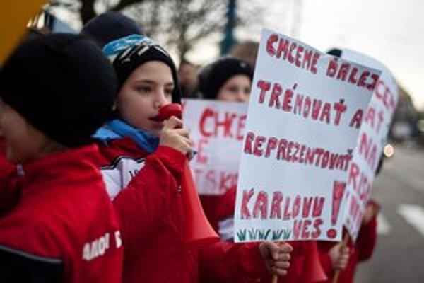 Proti koncu tréningov protestovali aj malí futbalisti.