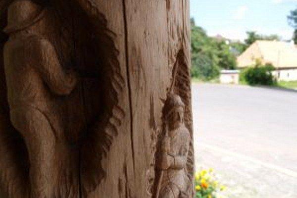 Stĺpy zdobia reliéfy z dielne miestnych rezbárov.