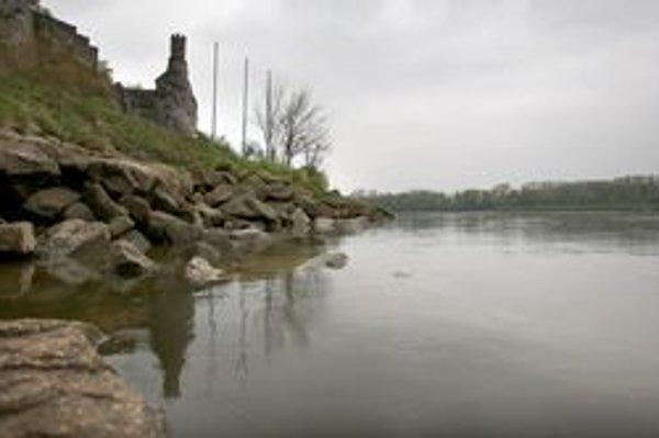 Sútok riek Morava a Dunaj pod hradom Devín.