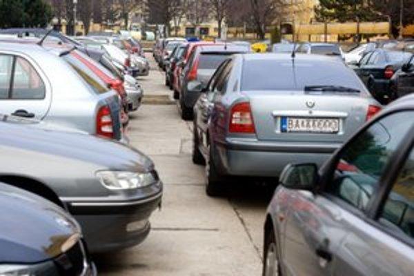 Petržalka chce meniť parkovanie najskôr sídlisku Dvory a Lúky.