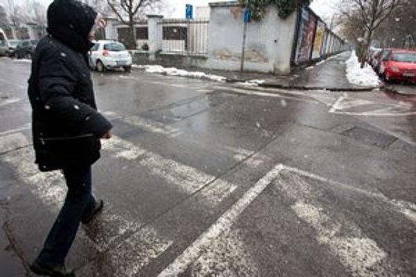Vyšúchané zebry na ceste bez zvislého značenia nie sú priechodmi pre chodcov.