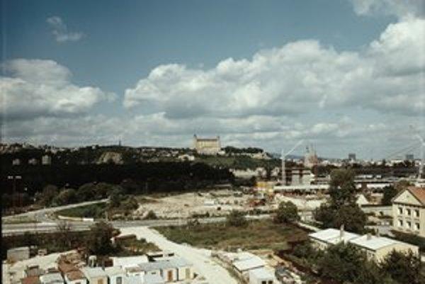 Posledná etapa výstavby v časti Dvory v Petržalke. Výstavba sa začala v apríli v roku 1973. Veľké sídlisko mala najskôr riešiť medzinárodná Ideová súťaž na urbanistickú štúdiu južného obvodu Bratislavy.