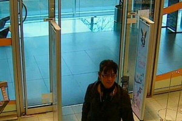 Krémy, parfémy, žiletky za 540 eur ukradla pravdepodobne táto žena z drogérie na Hodžovom námestí.