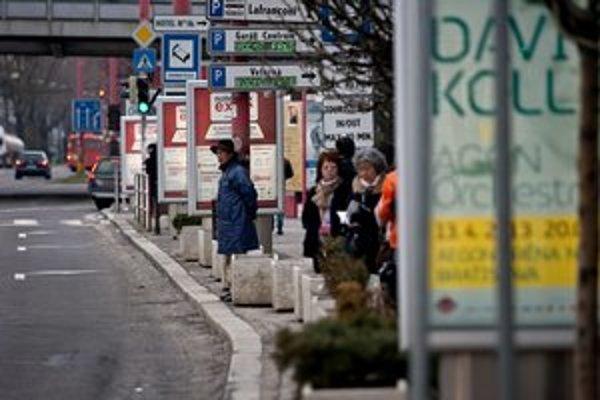 Na frekventovaných miestach sa reklamy niekedy až prekrývajú. Navyše sa na ceste a na mieste pri ceste podľa zákona nesmú umiestňovať veci, ktoré by mohli viesť k zámene s dopravnou značkou alebo s dopravným zariadením alebo by ich zakrývali, alebo ktoré
