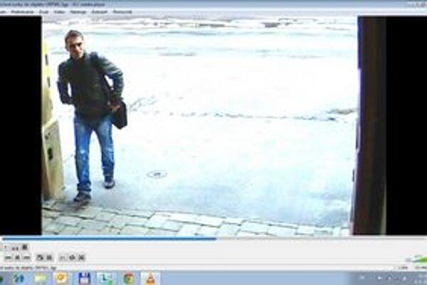 Polícia podozrieva tohto muža.
