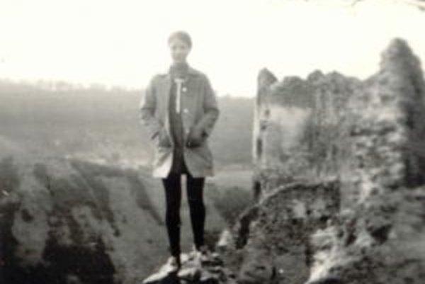 Aj táto fotografia má už viac ako 40 rokov a múr, na ktorom stojí dievča na nej, je už dávno preč.
