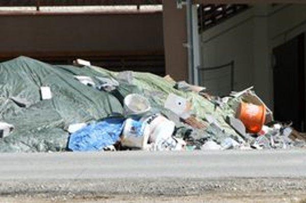 )Nebezpečný odpad stačí vyložiť, musí však byť dobre uzavretý.