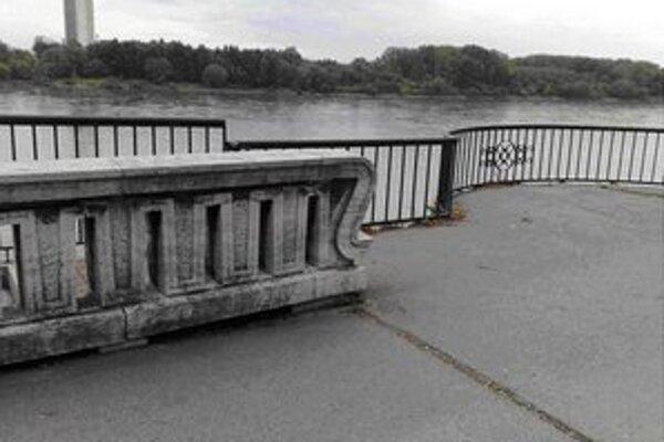 Balustrádu má nahradiť protipovodňový múr.