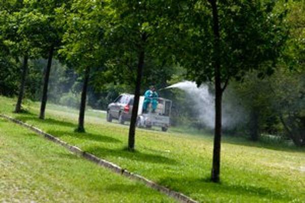 Striekanie proti komárom.