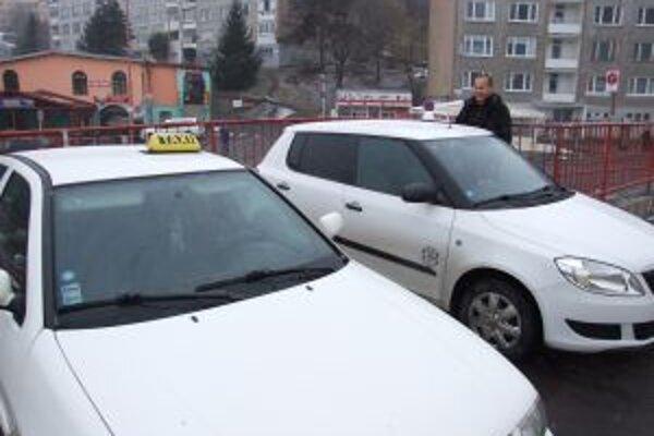 Jediné stanovište. Licencovaní taxikári stávajú pri Bille.