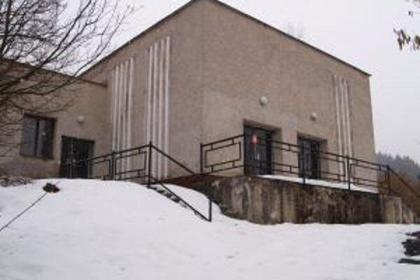 Dom smútku v Štefultove. Do užívania ho odovzdali v roku 1987, svojmu účelu však už roky neslúži.