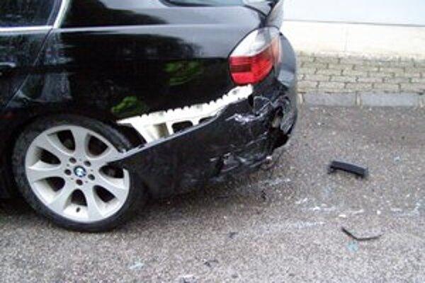 Opitý šofér takto poškodil zaparkované auto na Sološnickej ulici.