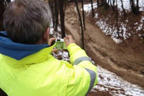 """""""Tieklo to ako rieka,"""" hovorí starosta Brehov Juraj Tencer o prívalovej vlne po zosunutí časti lesného svahu."""
