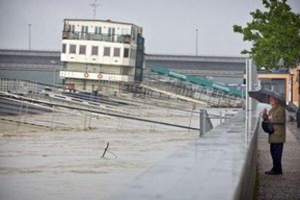 Hladina Dunaja v Bratislave o 15:30 dosiahla 987 centimetrov, v Devíne je na 932 centimetroch.