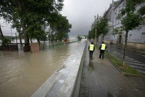 Stúpajúca hladina zatvára v blízkosti Dunaja školy.