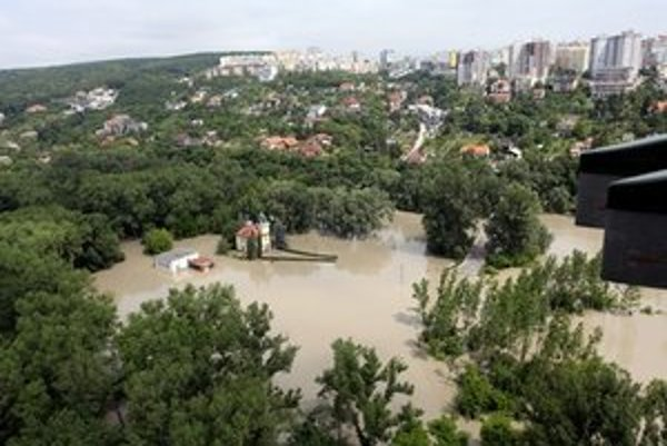 Situácia v Karlovej Vsi. Podľa primátora má protipovodňová ochrana v meste dostatočnú rezervu.