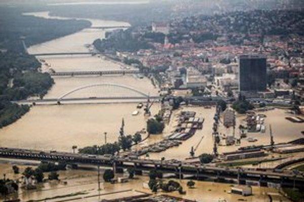 Dunaj kulminuje, podľa vodohospodárov tento stav potrvá niekoľko hodín. Ďalšie stúpanie hladiny sa neočakáva.