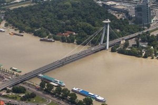 Dunaj sa vracia do koryta, v Petržalke rozoberajú mobilne protipovodňové hradenie.