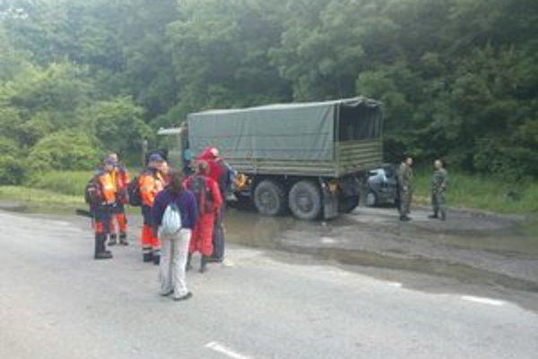 Škody po povodni pomáhajú v Devíne odstraňovať dobrovoľníci.