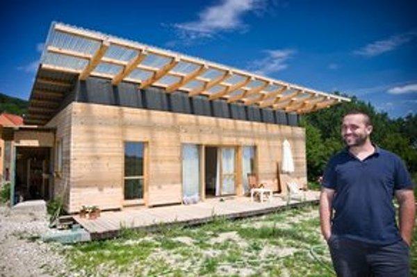 Bratislavský architekt Juraj Tesák založil  pred viac než rokom  ateliér Home is land – navrhujú domy aj interiéry. Vraví, že postavenie domu zmenilo jeho myslenie.